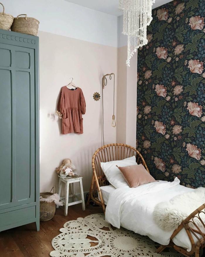 Lit en rotin pour petite fille, papier peinte fleurie chambre fille rose et gris, idee deco chambre bebe fille se sentir bien chez soi