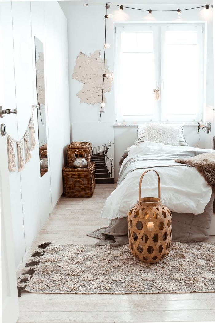 décoration chambre à coucher d'esprit boho minimaliste, idée comment décorer une pièce blanche avec accessoires tressés