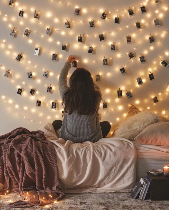 exemple comment décorer une chambre d'ado avec mur lumineux, modèle de guirlande lumineuse interieur personnalisée avec photos