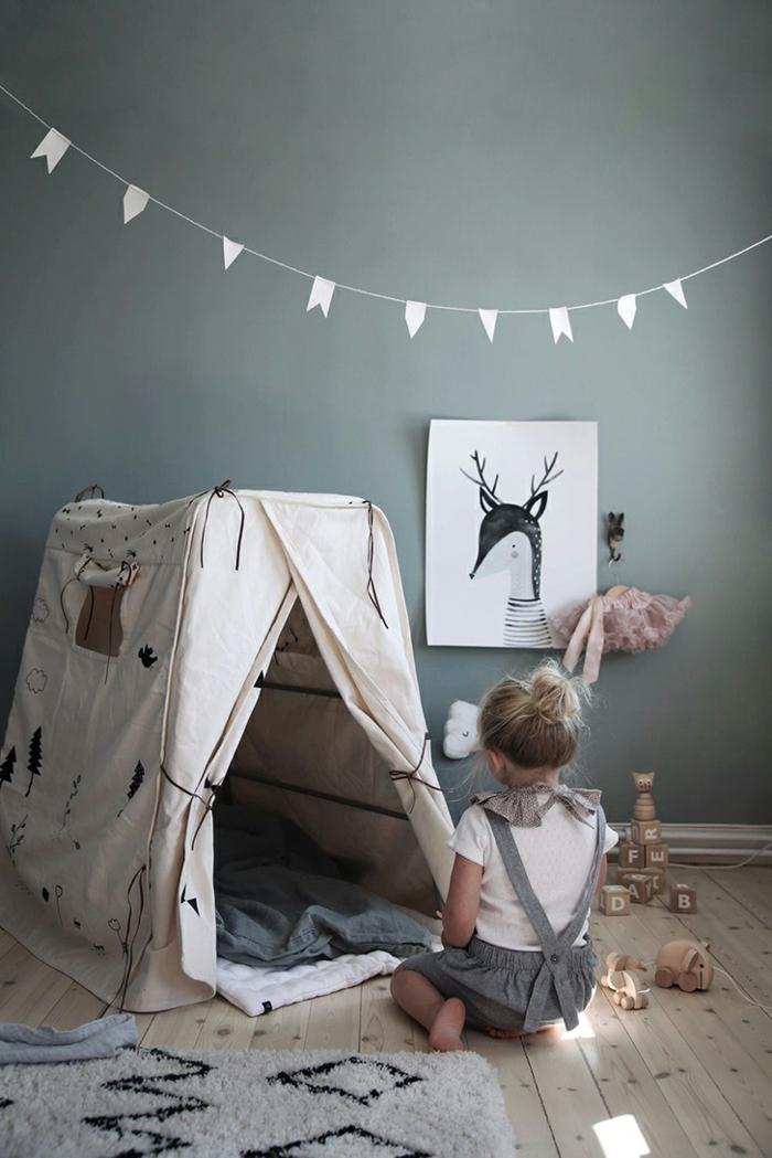 Enfant dans sa chambre à jouer mur taupe idee deco chambre bebe fille, belle decoration murale chambre fille