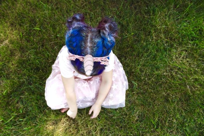quelle coiffure pour un carnaval, exemple de coiffure licorne avec cheveux colorés et accessoire de tête à corne