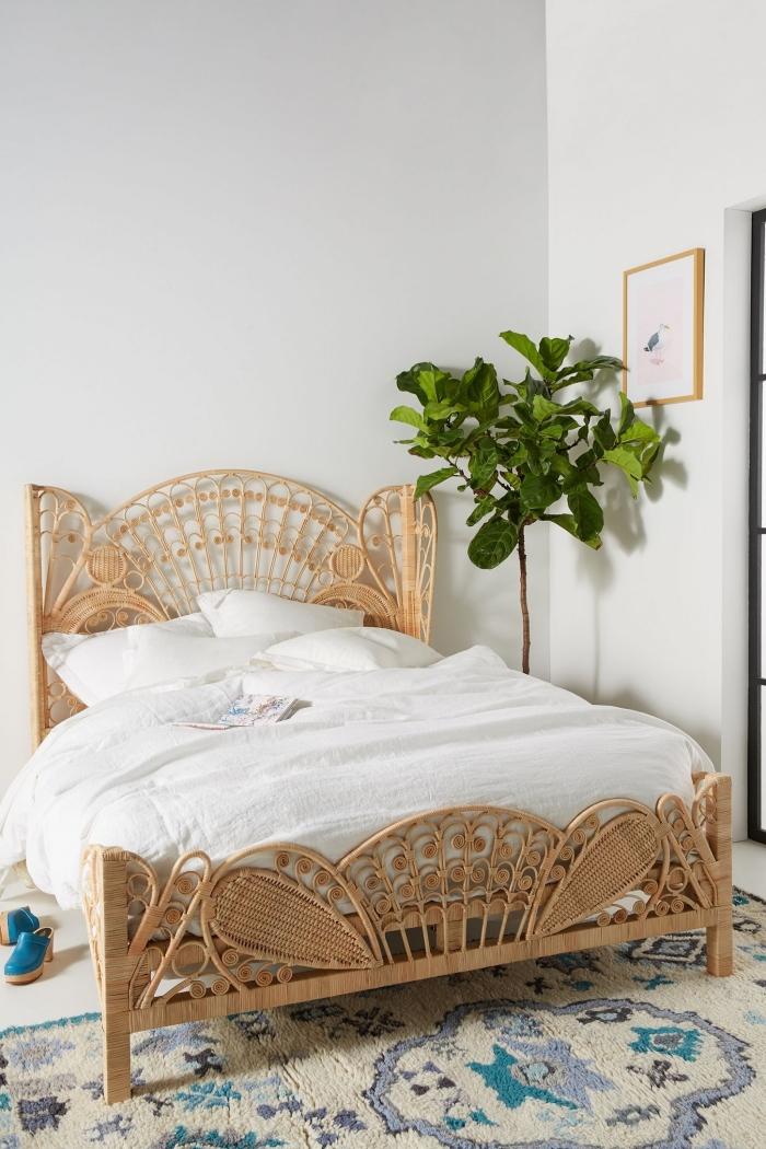 exemple de chambre a coucher moderne aménagée de style jungalow avec gros lit avec cadre en fibre végétale et plantes vertes