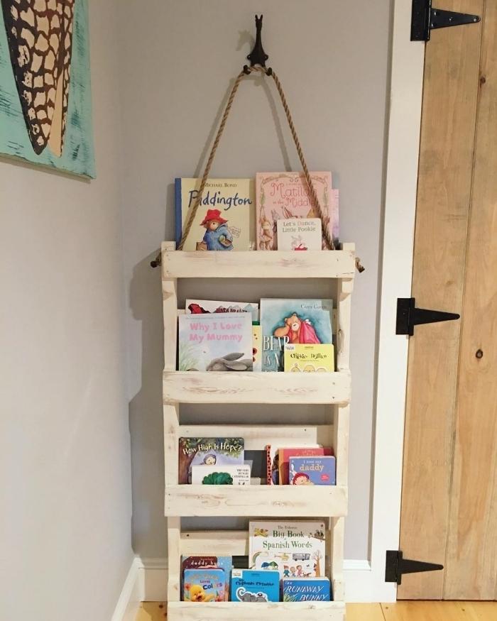 exemple de meuble diy palette en forme d'étagères pour livres, idée que faire avec des palettes, diy rangement pour chambre