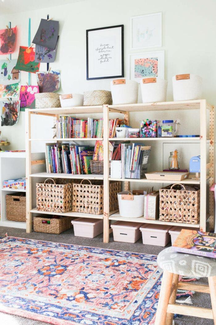 Rangement livres et jouets chambre gris et rose, chambre de petite fille, idée peinture chambre fille