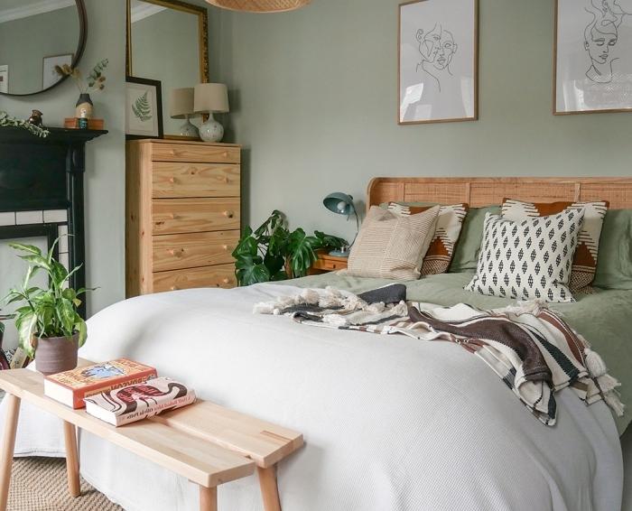 idée déco chambre parentale d'esprit zen et bohème, design pièce aux murs vert aménagée avec meubles en bois clair