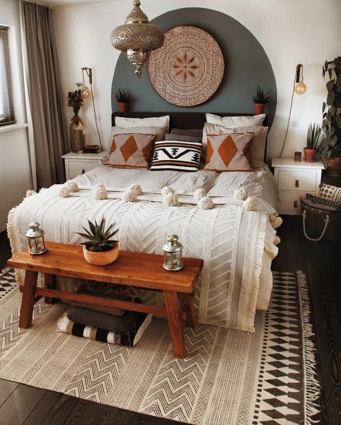 photo deco chambre a coucher adulte d'esprit hippie chic, idée comment décorer une pièce bohème avec accessoires ethniques