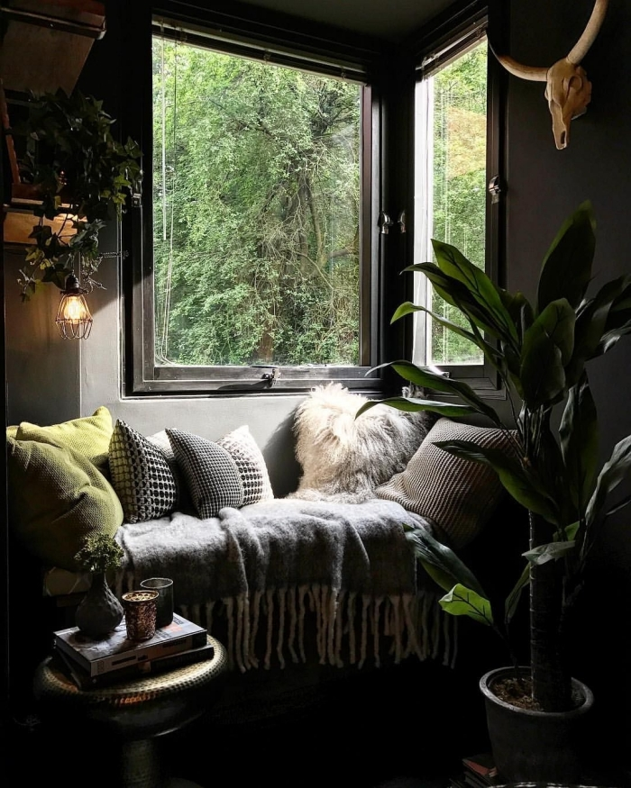 aménagement coin de repos sous fenêtre dans une pièce d'esprit urbain jungle, photo deco chambre a coucher adulte