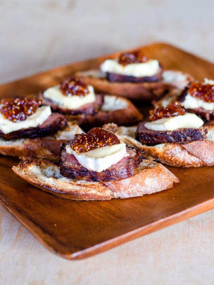 entrecote de boeuf recette apéro dinatoire original, toast apero avec boeuf, brie et confiture de figues