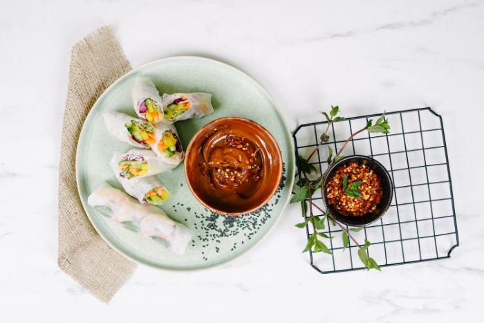 recette rouleau de printemps crevette aux crudités et crevettes avec sauce rouleaux de printemps au beurre de cacahuete, sauce de soja et vinaigre de balsamique