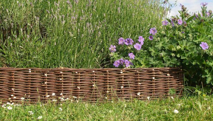 bordures de jardin originales, idee de bordure en osier tressée, mini cloture bordure de jardin a faire soi meme