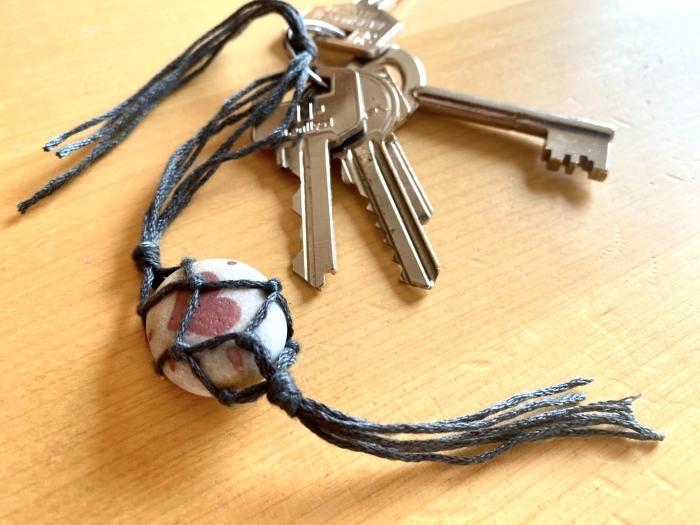 bricolage fête des pères facile et petit budget, modèle de porte-clé fait maison avec ficelle et galet décoré de dessins cœurs