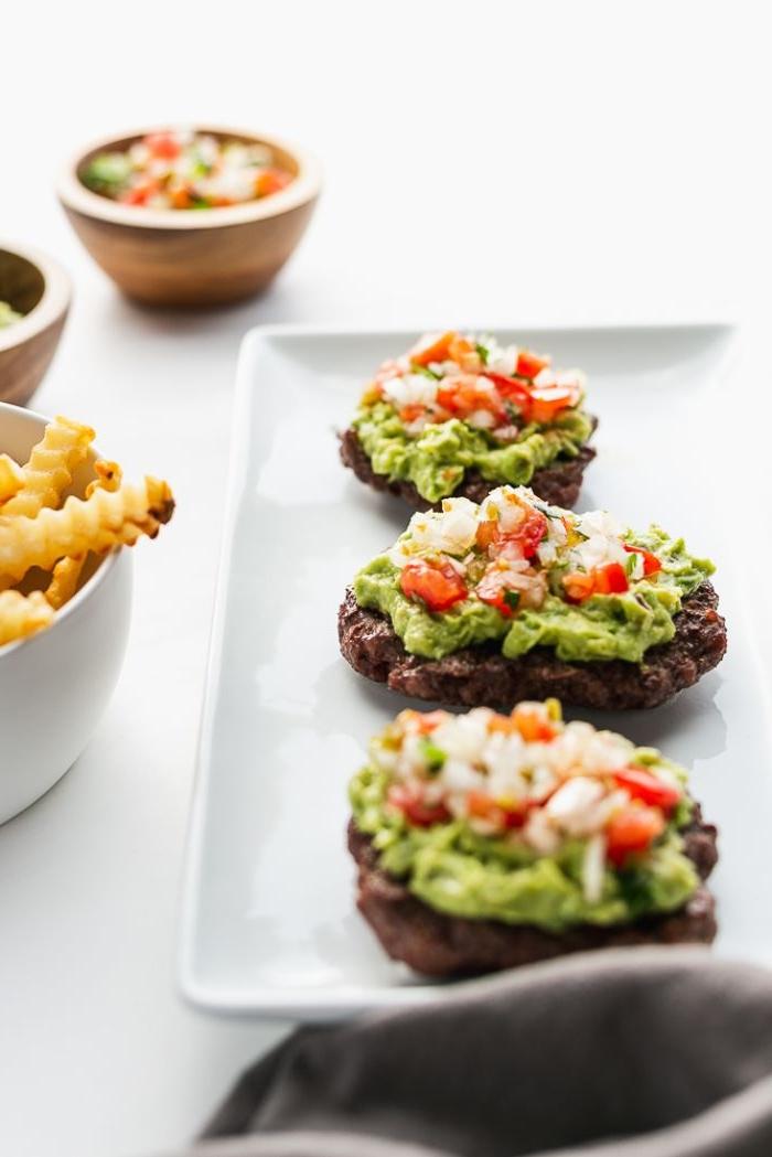 recette barbecue steak viande hachée au guacamole avec salsa de tomates, idée de barbecue recette cétogène