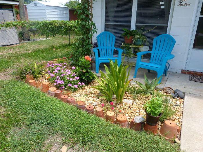 deco a faire soi meme recup pour decorer son jardin de pots de terre cuite sur gravier, amenagement parterre fleurie devant maison