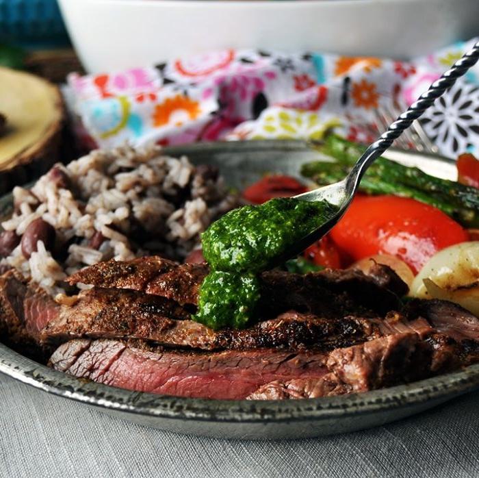 recette fajitas de boeuf servis avec des légumes grillés et du riz aux olives et champignons, repas du soir, viande grillée