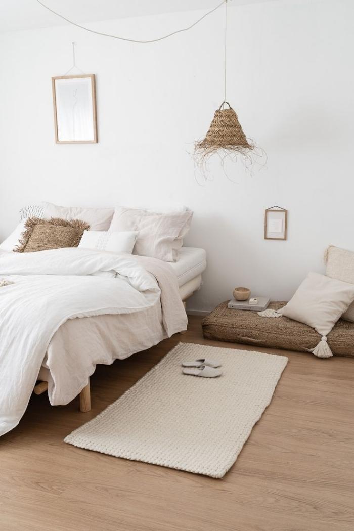 inspiration chambre aménagée avec meubles en bois et accessoires décoratifs en paille, design chambre boho minimaliste