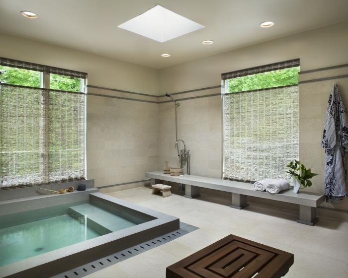 agencement salle de bain moderne avec baignoire japonaise, décoration salle de bain relax aux murs beige avec piscine