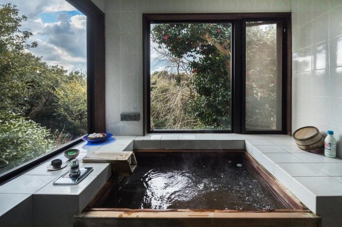 déco inspiration japonaise dans une petite salle de bain avec baignoire, agencement salle de bain de style asiatique et zen