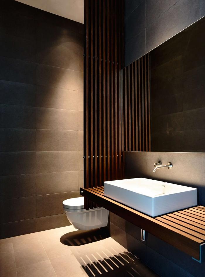 déco inspiration japonaise en couleurs foncées et bois, design salle de bain contemporain aux murs gris avec évier et cuvette wc en blanc