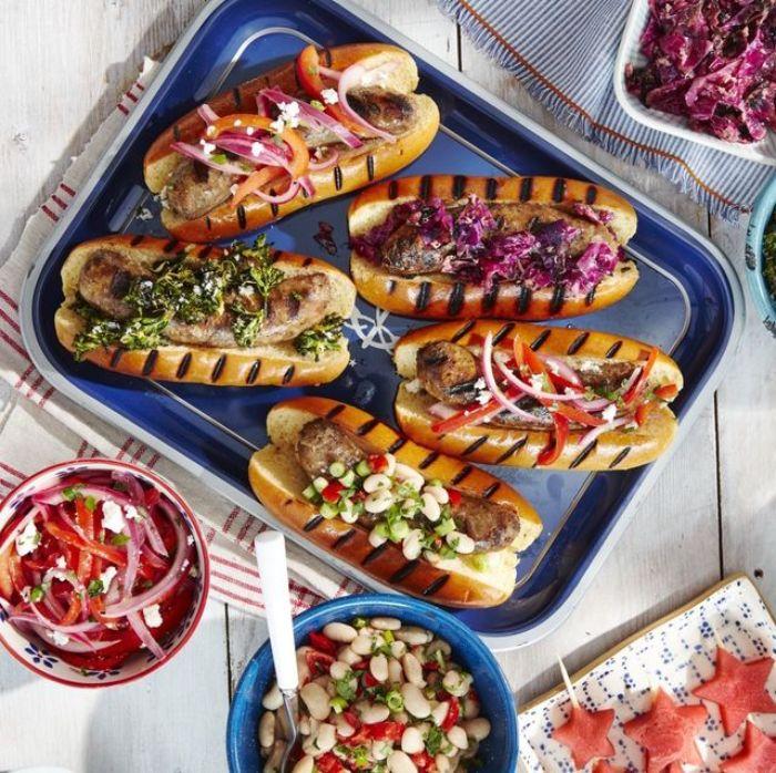 hot dog de saucisse grillée à la salade topping de choux rouge, salade aux haricots blancs, oignons ou persil mariné