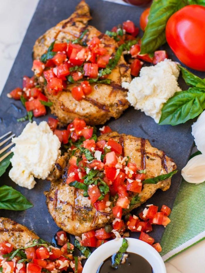 idee repas barbecue simple constitué de cotelettes de porc à la salsa de tomate et basilic avec de la ricotta fromage à coté