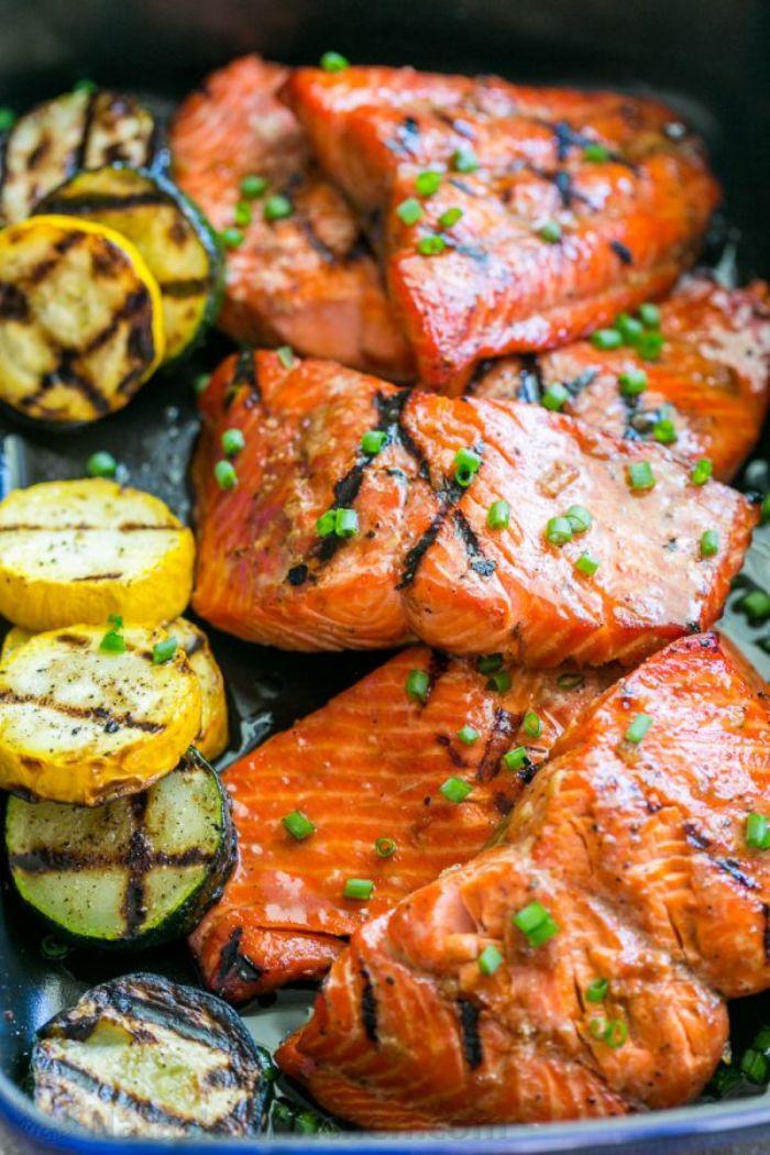 recette pavés de saumon grillés aux courgettes vertes et jaunes grillées à la marinade, repas barbecue original