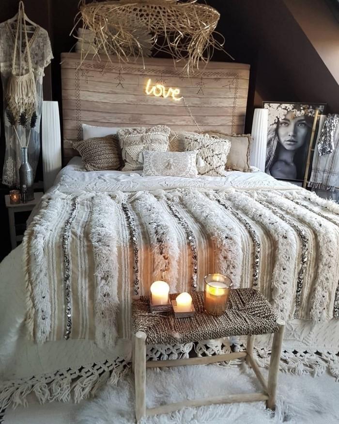 idée déco chambre adulte d'esprit boho, comment aménager une petite chambre sous comble de style hippie chic moderne