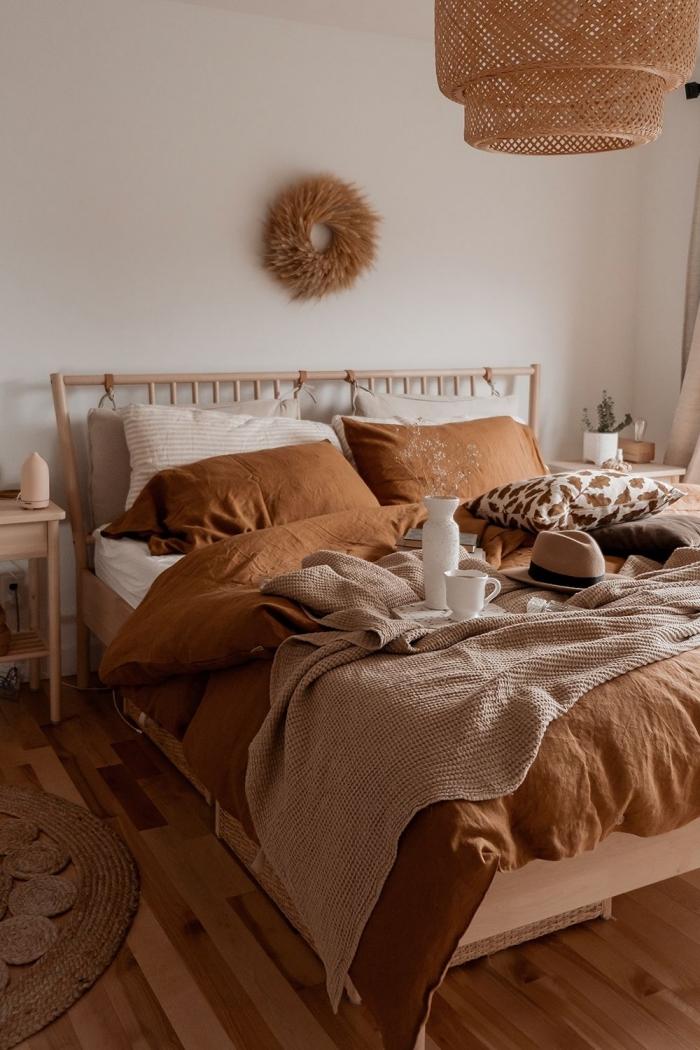 photo deco chambre a coucher adulte, design chambre parentale aux murs blancs décorée avec accessoires de nuances marron