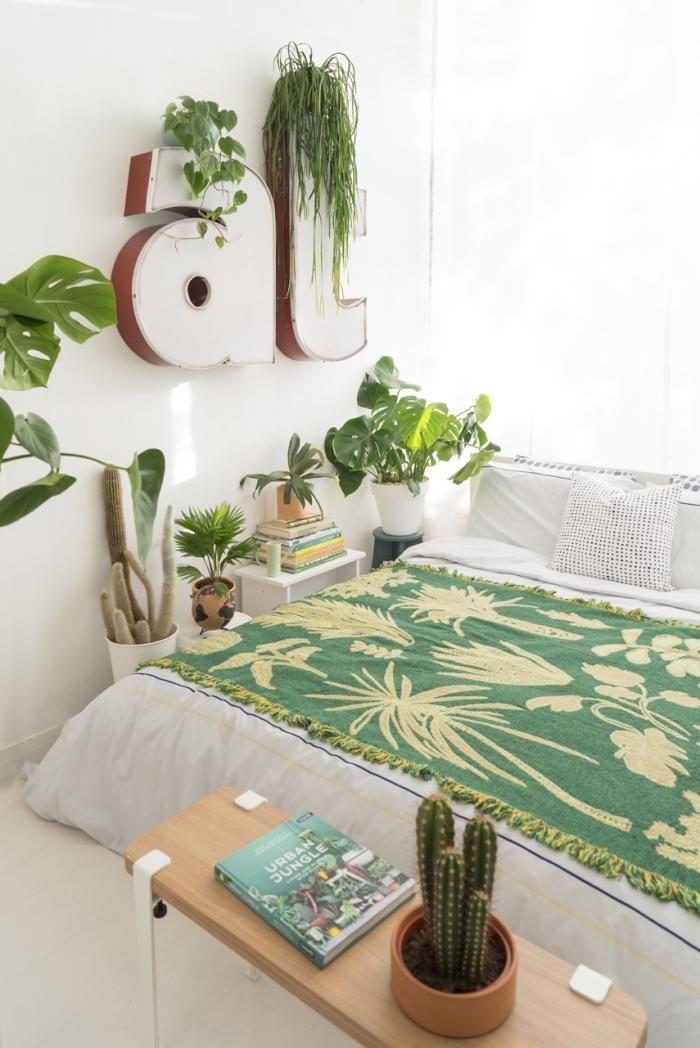 deco chambre zen aux murs blancs avec accents en vert, design pièce exotique et relaxante en blanc et vert avec accents bois