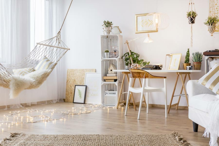 Hamac et guirlande lumineuse au sol, idée déco chambre bébé, idée peinture chambre fille décorer soi meme