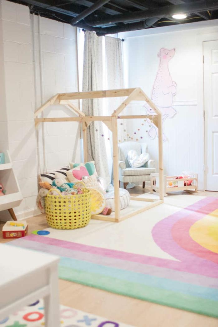 Chouette idée bois maison pour mettre le lit du bebe tapis rose et blanc adorable toit gris industriel idée déco chambre bébé, comment décorer la chambre de sa fille