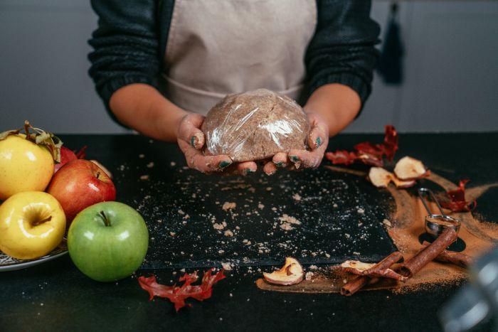 couvrir la pâte à tarte de fil alimentaire, exemple comment faire tarte aux pommes maison facilement