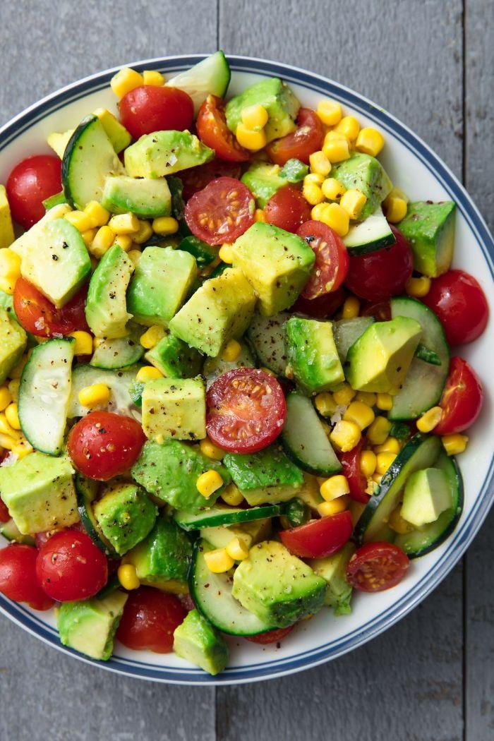 salade d avocat aux tomates, convombre et du mais, exemple d accompagnement brochette ou autre barbecue