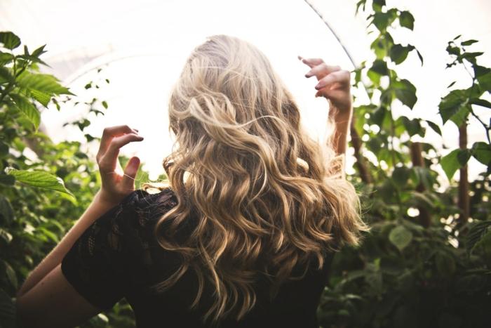 Femme cheveux dorés coiffure d'été au style bohème chic pour une occasion