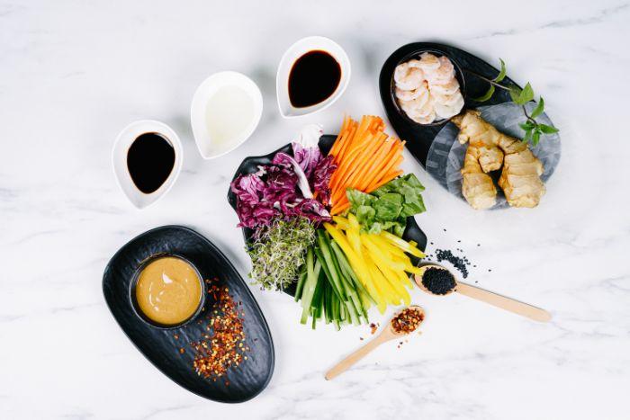 ingrédients nécessaires pour réaliser cette recette rouleau de printemps avec crudités, crevettes et sauce de beurre de cacahuete
