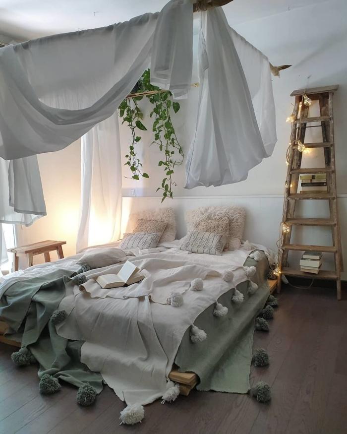 idée déco chambre adulte d'esprit boho chic romantique, exemple comment créer un lit cocooning avec baldaquin et bois recyclé