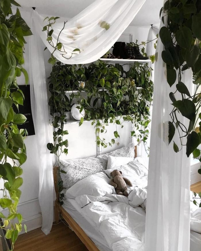 photo deco chambre a coucher adulte d'esprit jungalow, exemple comment faire un mur végétal au-dessus du lit dans une petite chambre