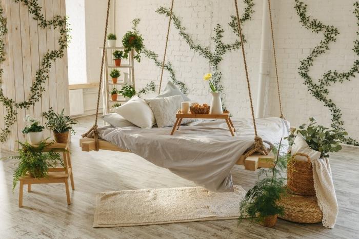 inspiration chambre exotique et naturelle aménagée avec meubles en bois originaux, déco chambre avec lit suspendu