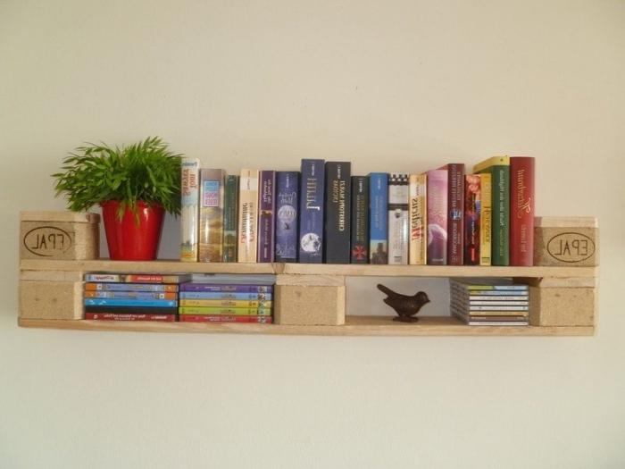 diy etagere palette facile à faire soi-même, exemple de décoration murale avec meuble de rangement en forme étagère