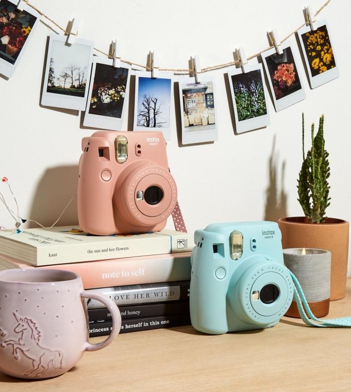 design bureau étudiant avec meuble en bois et accessoires colorés, idée de déco murale chambre ado avec photos polaroid