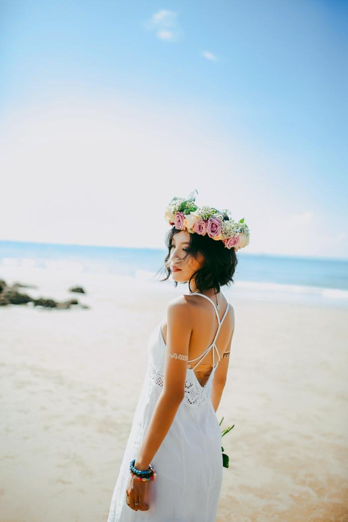 Mariée en robe blanche longue bohème, coiffure d'été au style bohème chic avec couronne de fleurs
