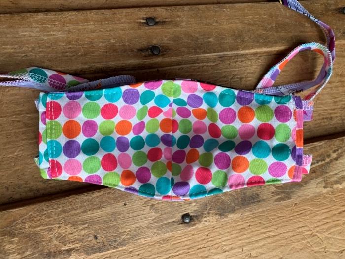 modèle de masque coronavirus fait maison, exemple de masque visage en tissu coton à design ludique pour les enfants