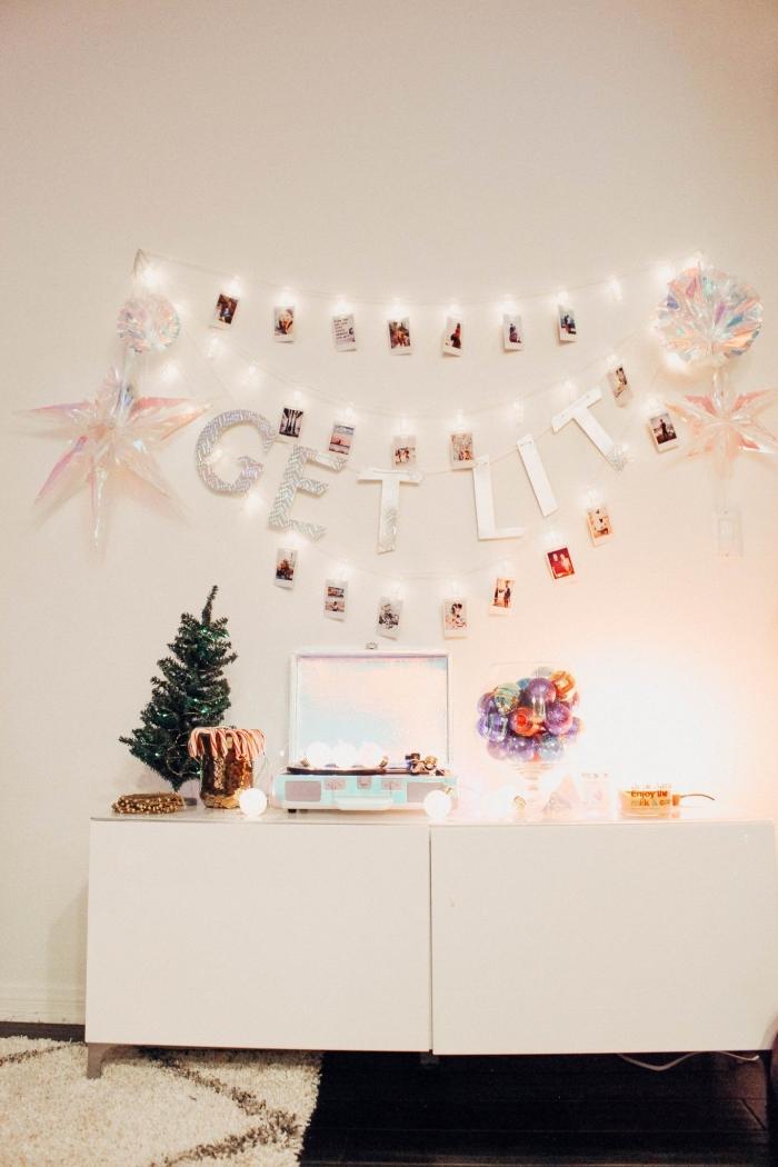 décoration festive dans une pièce blanche aménagée avec meubles blancs, modèle de guirlande lumineuse interieur