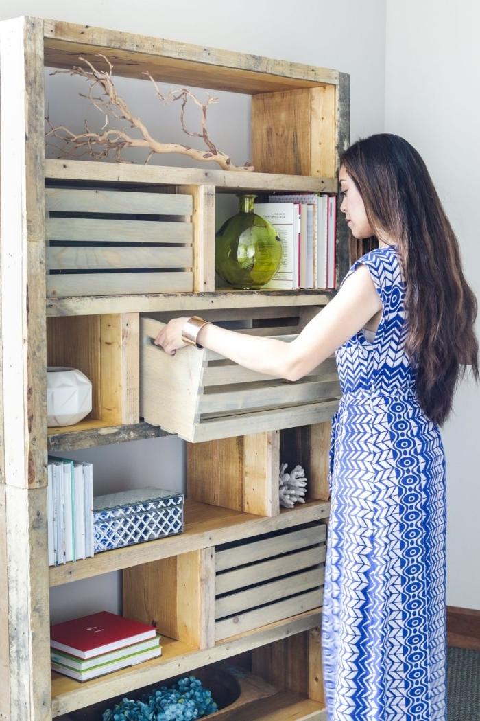 deco avec palette et caisses bois facile à réaliser, meuble DIY facile et à petit budget, bibliothèque en palettes récupérées et caisses bois