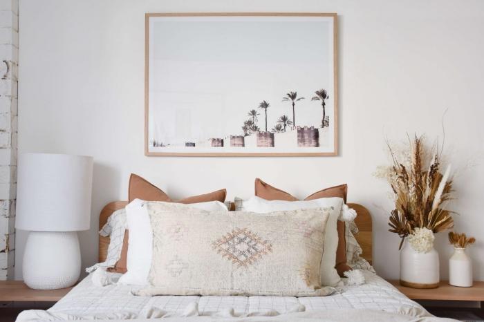 décoration murale chambre adulte d'esprit nature, idée comment aménager une chambre parentale avec meubles de couleurs terreuses