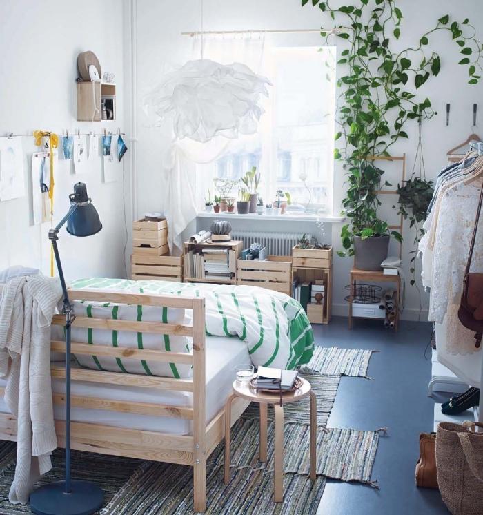 quelle décoration murale chambre ado réaliser soi-même, diy meuble de rangement en caisses de bois, déco murale avec plante grimpante