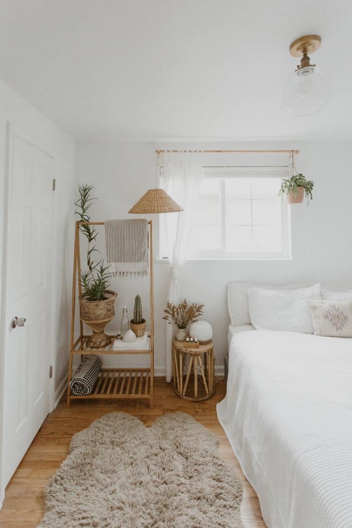 inspiration chambre boho moderne d'esprit minimaliste, pièce blanche relaxante aménagée avec meubles en rotin et plantes