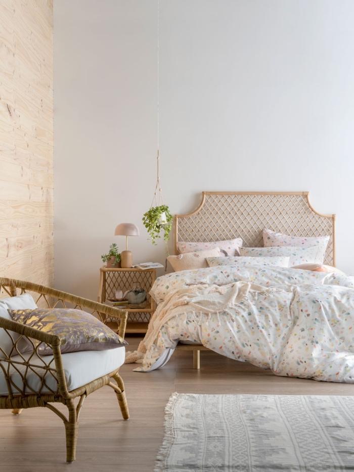 comment décorer sa chambre d'esprit boho moderne, idée aménagement pièce blanche avec pan de mur en bois et meubles en rotin