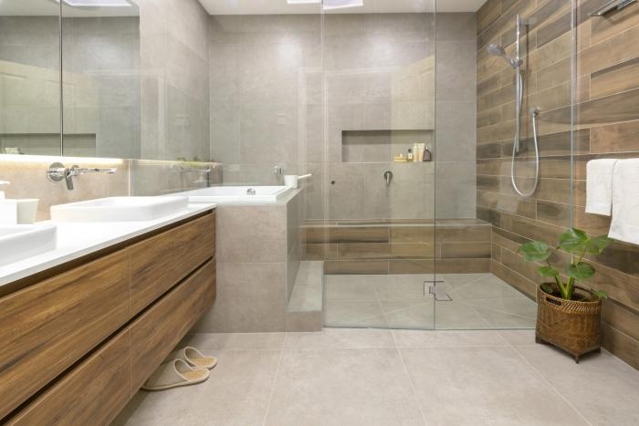 quelles couleurs pour une salle de bain relax, idée déco salle de bain aux murs en beige avec accents en blanc et bois