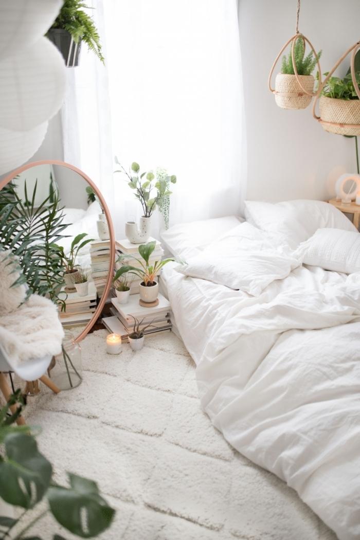 décoration chambre à coucher de style boho moderne, design petite chambre blanche aménagée avec accents en bois et vert