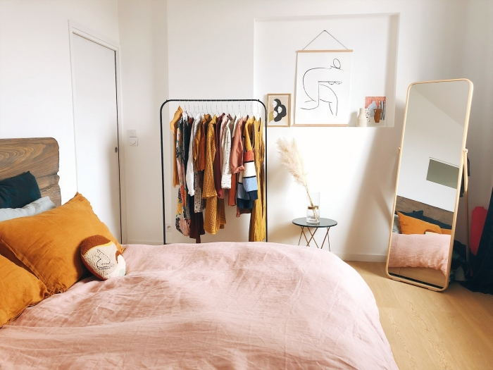 design chambre avec dressing d'esprit nature, quelles couleurs pour une petite pièce, déco chambre blanche avec accents en jaune cheddar